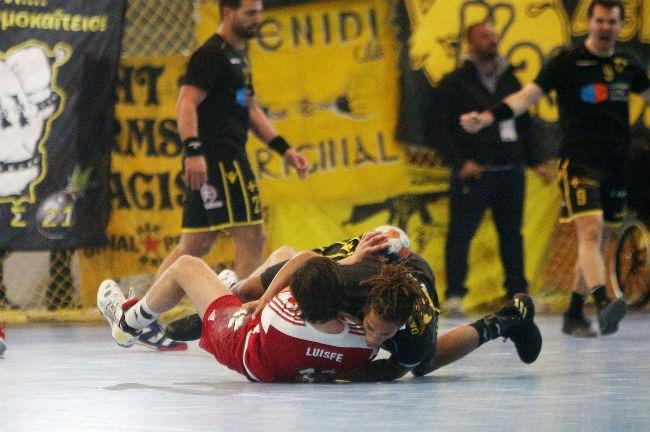 aek-osfp-olympiacos-handball-darsuland-foul